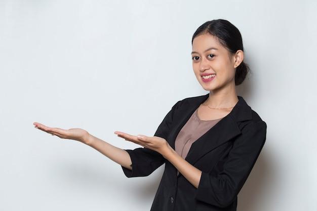 指で別の方向を指しているアジアのビジネスウーマン