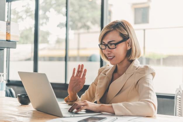 Азиатская деловая женщина повторно общается с помощью видеоконференцсвязи для онлайн-обучения на ноутбуке
