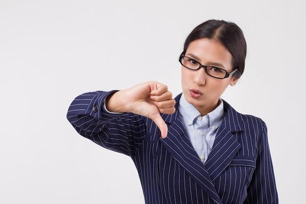 엄지손가락을 아래로 보여주는 아시아 비즈니스 우먼