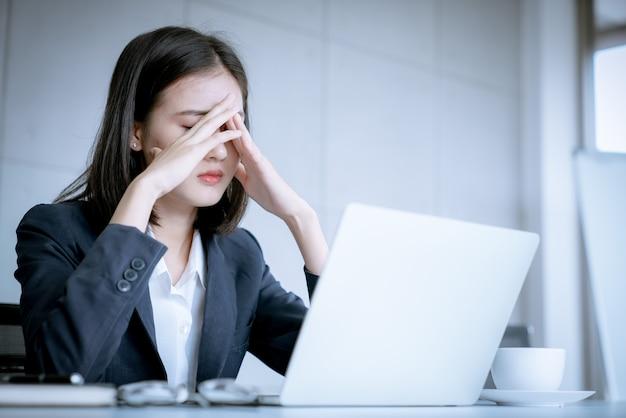 Азиатская деловая женщина подчеркивает, потому что ошибка работы - это риск для увольнения