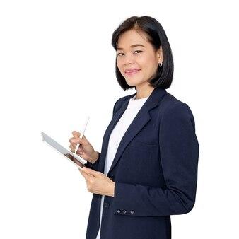 Азиатская бизнес-леди с помощью умного планшета изолировала белый фон с путем.