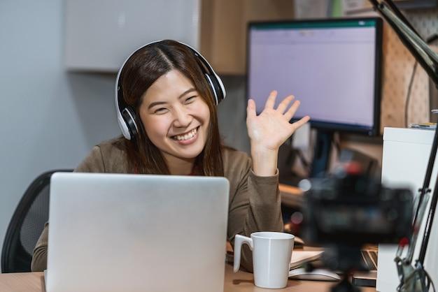 テクノロジーノートパソコンを使用し、自宅で仕事をしているアジアのビジネスウーマン