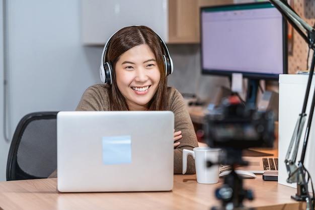 テクノロジーノートパソコンを使用し、在宅勤務のアジアのビジネスウーマン