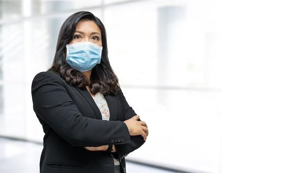 患者が安全感染を保護することを確認するためにフェイスマスクを新しい通常の身に着けているアジアのビジネスウーマン検疫看護病院病棟でのcovid-19コロナウイルスの発生。