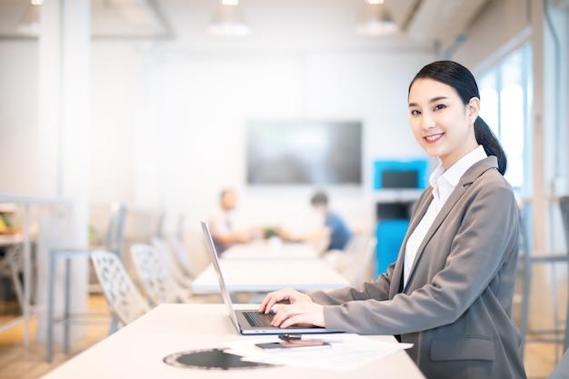 아시아 비즈니스 여자 작업 과정 개념입니다.