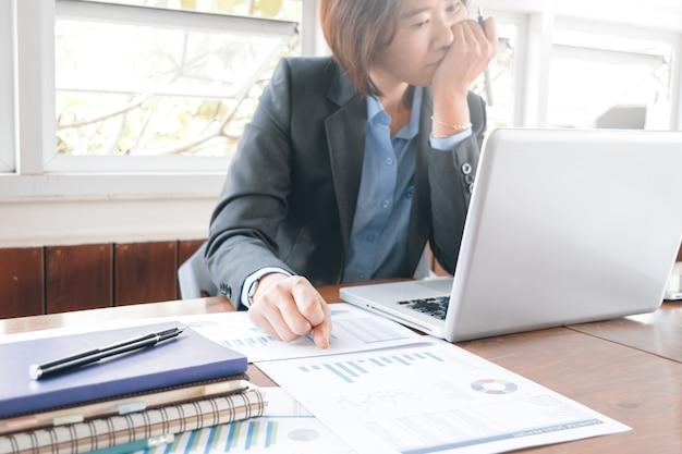 Азиатская деловая женщина работает