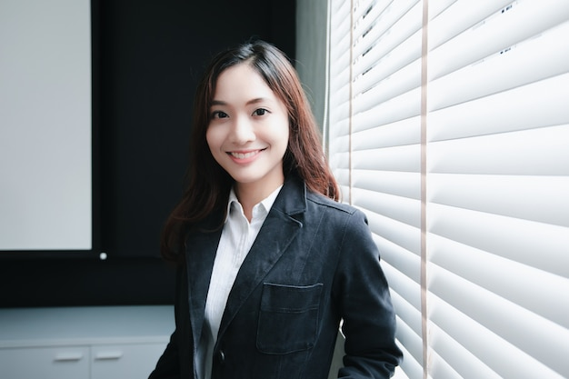 働くことの幸せな笑顔のアジアビジネス女性