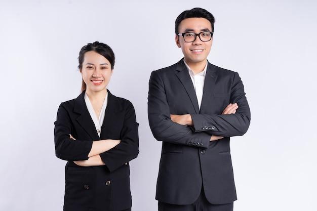 아시아 사업가 및 사업가 흰색 배경에 포즈