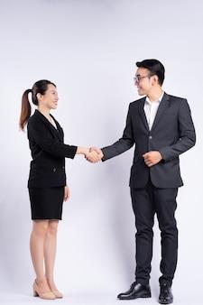 아시아 사업가 및 흰색 바탕에 악수 하는 사업가