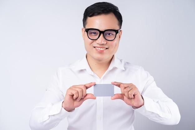 은행 카드를 들고 아시아 사업가