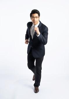 実行しているスーツのアジア系のビジネスマン