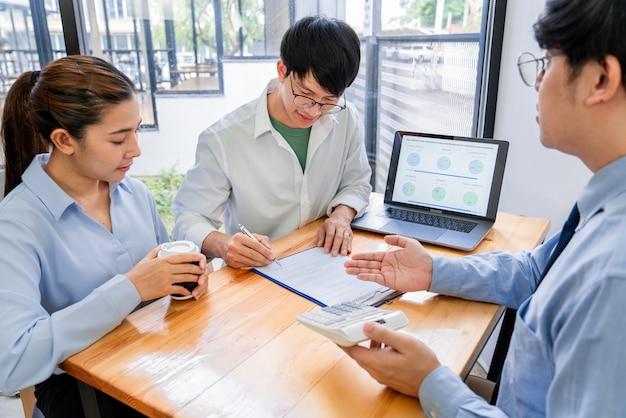 아시아 사업가 보험 중개인 또는 재정 고문 컨설팅