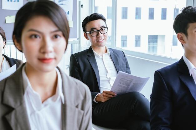 会議中に注意深く耳を傾けるアジアのビジネスマン