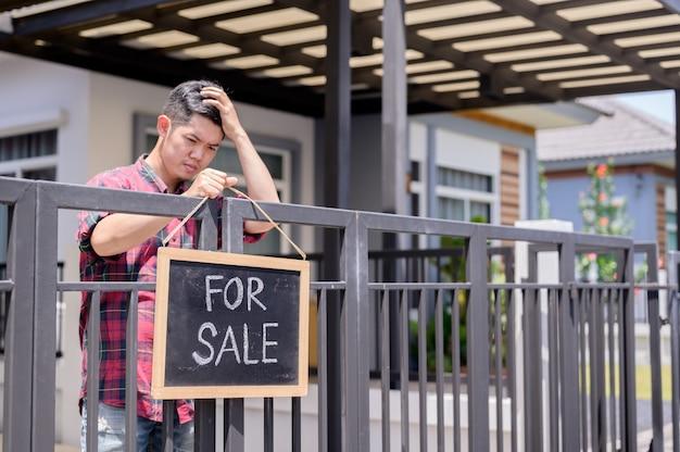 아시아 사업가는 경제적 문제 때문에 집을 팔았습니다. 실업과 정신 건강 문제. 아시아의 코로나 바이러스 일자리 손실.