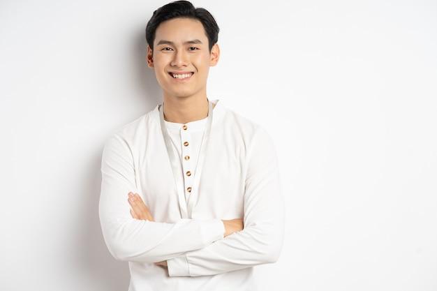 Азиатский бизнесмен скрещивал руки и уверенно улыбался