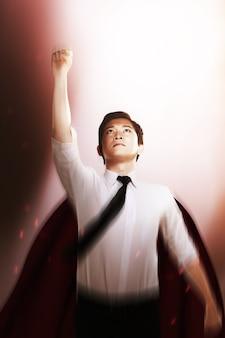 Азиатский бизнесмен с плащом, летящим как супергерой