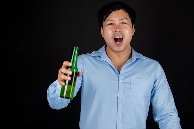 맥주 병으로 아시아 사업가