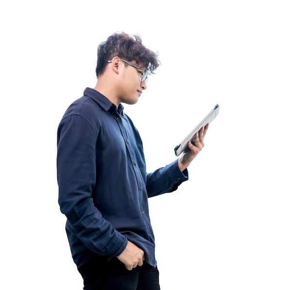 タブレットで作業し、白で隔離アジアの実業家