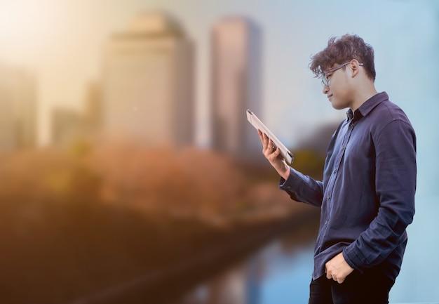 태블릿에서 작업 하는 아시아 사업가