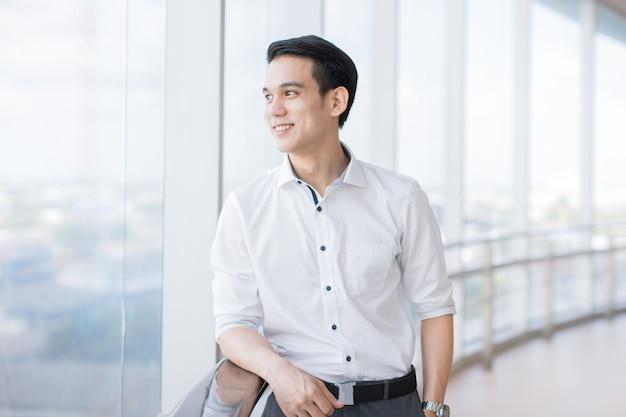 아시아 사업가 젊은 멀리보고 그래서 회사의 행복을 벌채