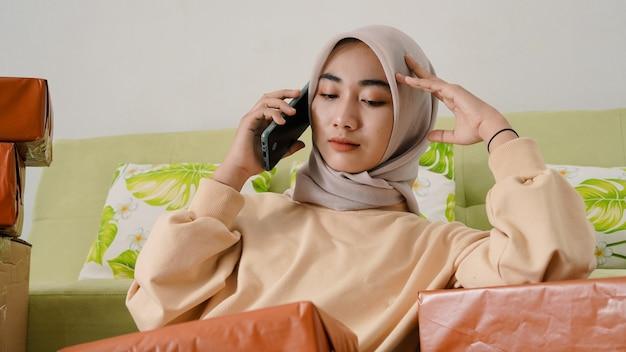 Азиатская деловая женщина, измученная работой