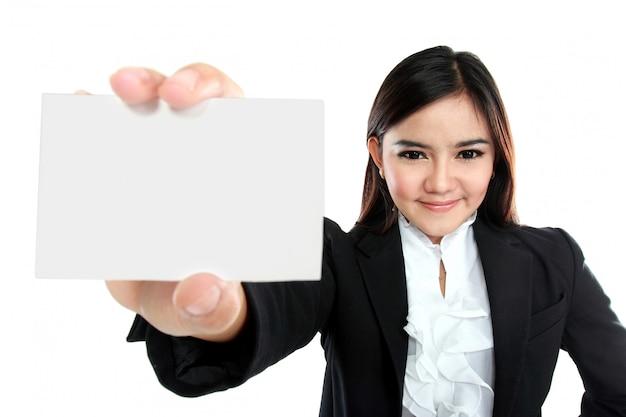空白の名刺を保持しているアジアの実業家