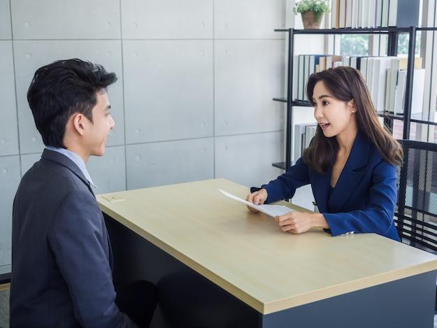 아시아 사업가, 사무실에서 소송에서 젊은 아시아 비즈니스 남자의 hr 검토 이력서