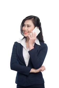 Азиатская коммерсантка, слушая смартфон, изолированные на белом.