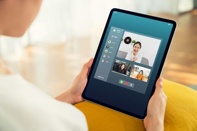 オンラインでチームにビデオ通話会議を行って作業プロジェクトを提示するアジアの実業家。在宅勤務のコンセプト。