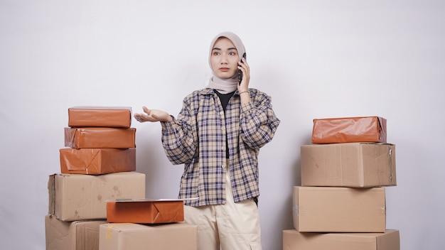흰색 배경에 고립 된 모르는 몸짓 전화에 아시아 사업가