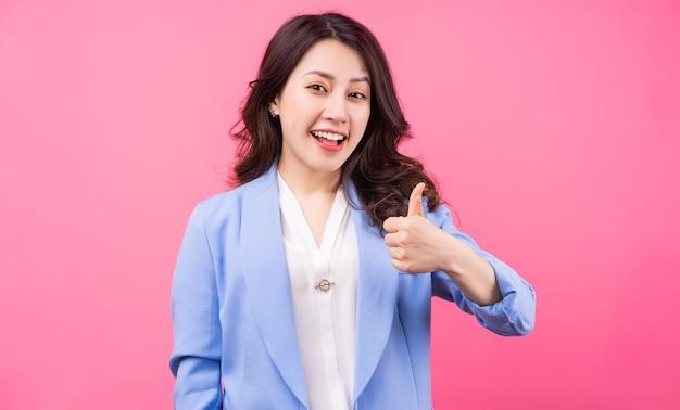 ピンクのbakcgroundのアジアの実業家