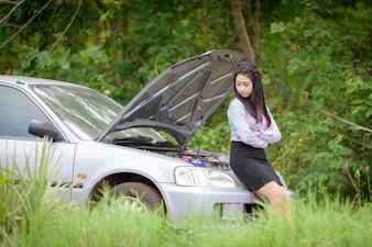 彼女は車に問題があります。