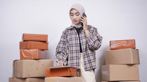 흰색 배경에 고립 된 전화로 고객에게 서비스를 제공하는 아시아 사업가