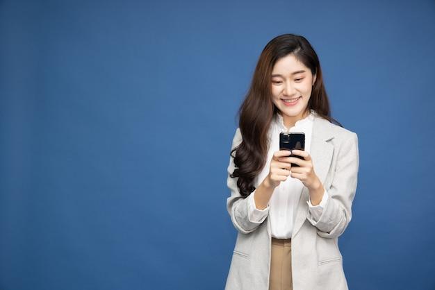 흰색 배경 위에 스마트폰을 사용하는 아시아 사업가