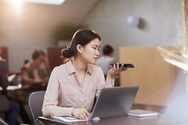 カフェで働くアジア女性実業家