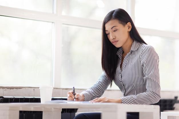 Азиатская бизнесмен, завернутый в работу