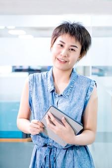 태블릿에서 작업하는 아시아 경제인