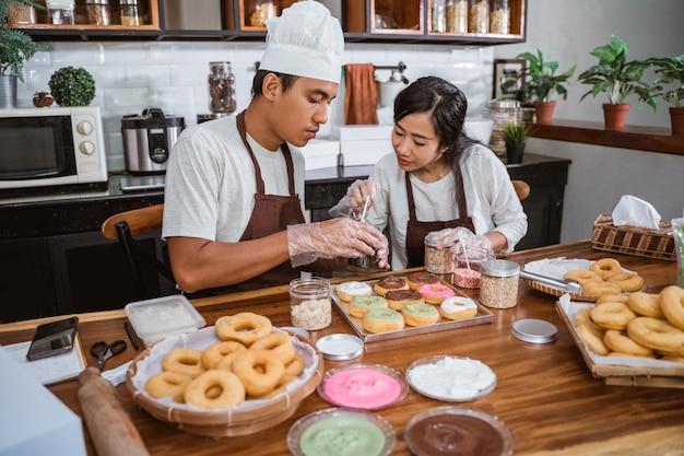 自家製ドーナツを作るアジア人シェフ
