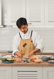 Азиатский шеф-повар раскатывает суши с бамбуковой циновкой промо для онлайн-сервиса доставки еды