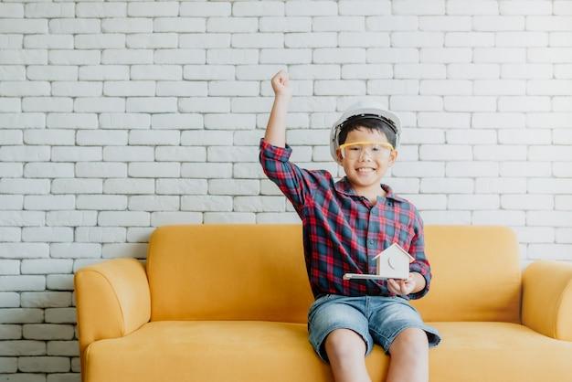 アジアの子供の少年は彼の将来のキャリアのためにエンジニアになるように促します