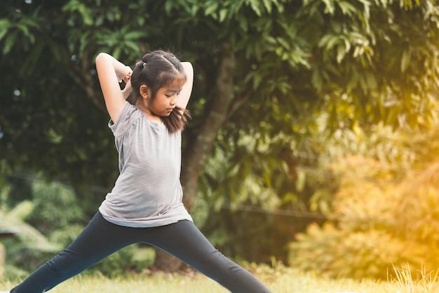 빈티지 색조의 여름 공원에서 운동을하는 아시아 아이 소녀