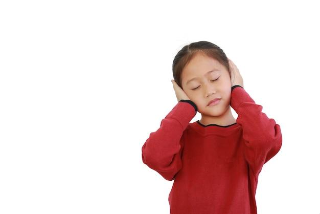 아시아 어린이 귀에 손을 배치하고 흰색에 닫힌 눈