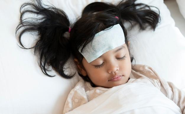 Азиатский ребенок болен простудой и получает медицинскую помощь
