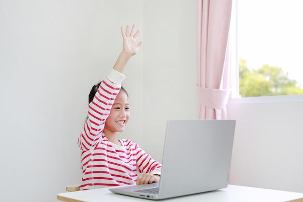 ラップトップによるアジアの子供学習オンライン学習クラス