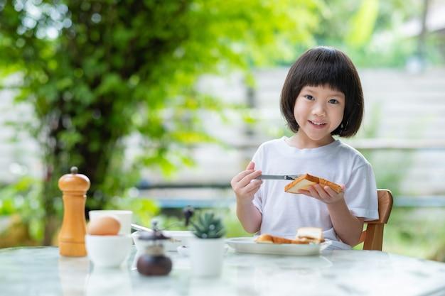 アジアの子供たちは食べ物を楽しむ
