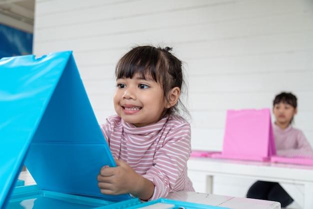 アジアの子供たちは教室で絵を描くことを学びます。