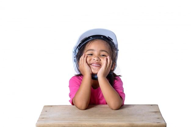 안전 헬멧을 착용하고 흰색에 고립 된 미소 아시아 어린이
