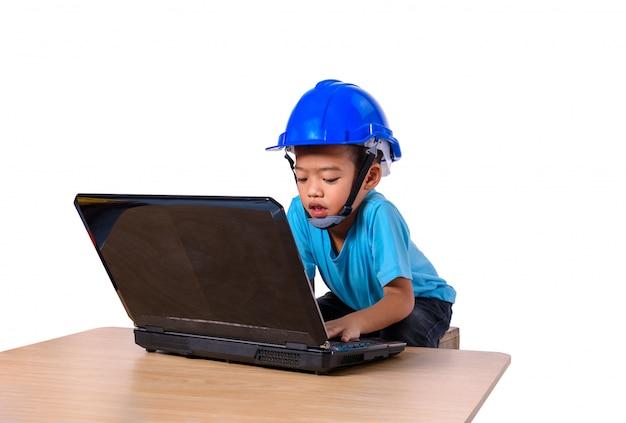 안전 헬멧과 생각 대패를 입고 아시아 어린이 흰색 배경에 고립