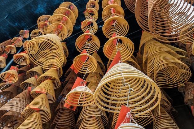 Азиатский круговой ладан горит на рельсах в храме