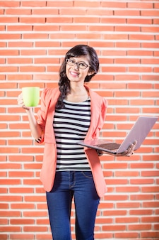 アジアの大学生、ノートパソコンとコーヒー